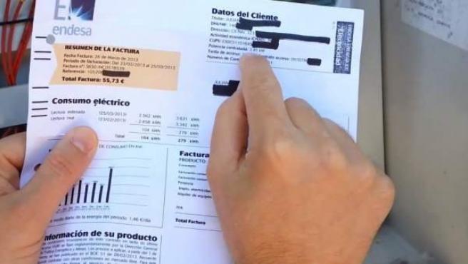 Un usuario muestra su factura de la luz.
