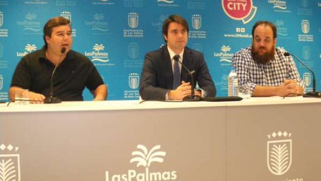 El concejal de Empleo de Las Palmas de Gran Canaria, Jaime Romero (centro)