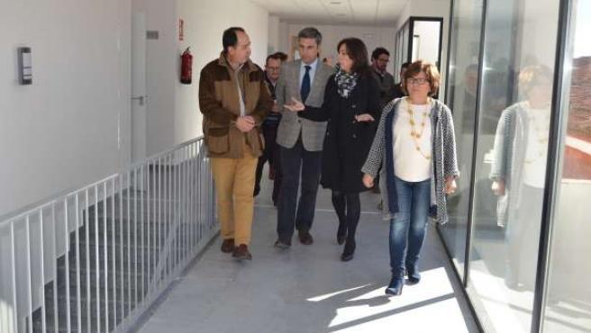 Ceballos y Lorite (centro) hablan con Arenas en la visita al CIE