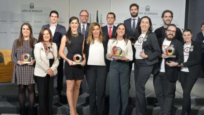 Foto de familia de Susana Díaz con los premiados