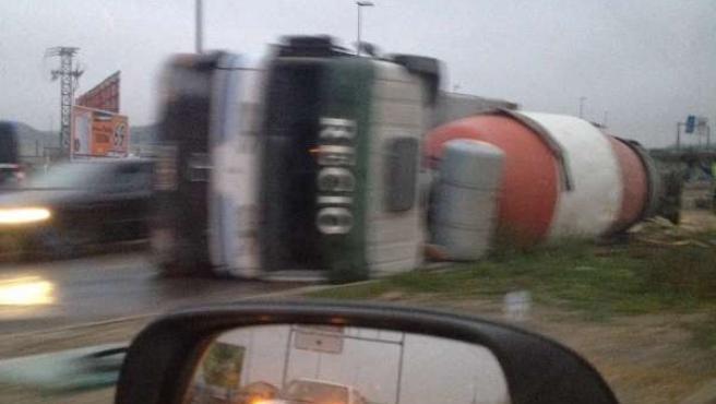 Camión siniestrado en la N-122