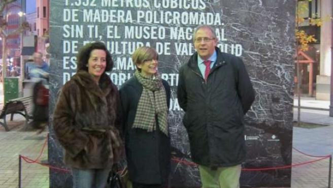Mercedes Cantalapiedra (izq) con María Bolaños y Martínez Bermejo ante el cubo