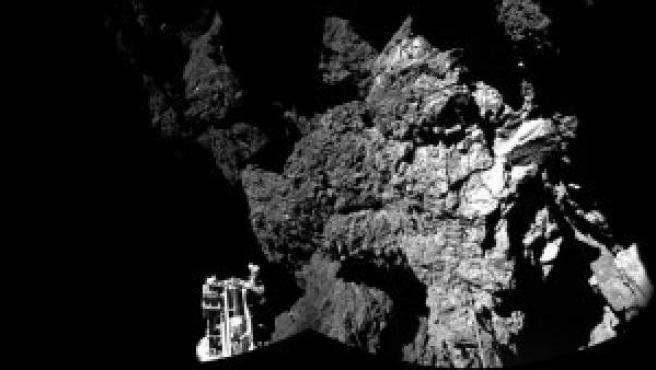 El cometa 67P/Churyumov-Gerasimenko fotografiado desde el módulo 'Phila' de la sonda 'Rosetta'. Imagen de ESA / Rosetta / Philae / CIVA.