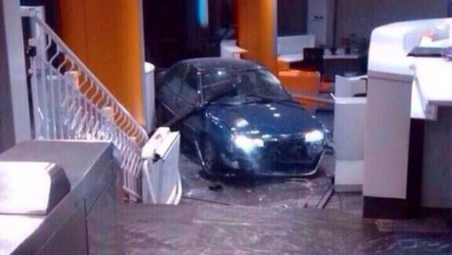 Imagen del coche estrellado en la sede del PP de Génova.