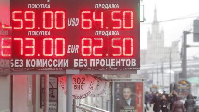 Un panel muestra información sobre la cotización del rublo en Moscú.