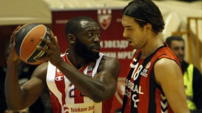 El jugador del Estrella Roja, Charles Jenkins (izda), pelea por el control del balón con el jugador del Laboral Kutxa, Sasha Vujacic, durante el partido del grupo D de la Euroliga de baloncesto disputado en Belgrado.