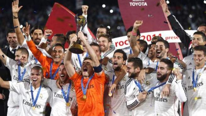 El portero y capitán del Real Madrid, Iker Casillas, levanta el trofeo de campeones del Mundial de Clubes tras vercer a San Lorenzo.