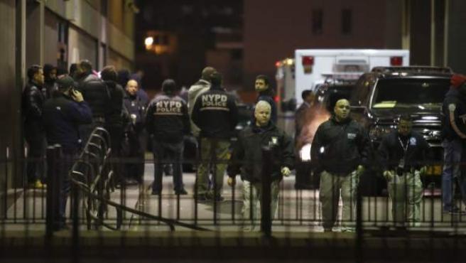Agentes de policía de Nueva York permanecen fuera del hospital Woodhull, donde fallecieron dos policías tras ser tiroteados en Brooklyn.