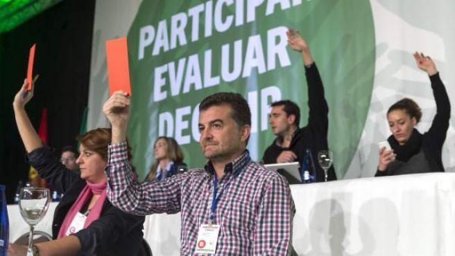 El coordinador de Izquierda Unida en Andalucía, Antonio Maillo (c), levanta una papeleta de voto durante la celebración en Bormujos (Sevilla) de la I Asamblea de Balance.