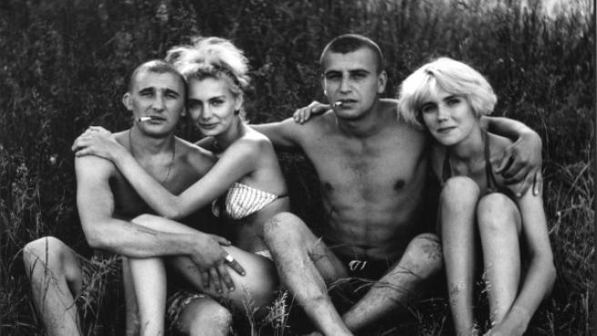 Las fotos de bañistas del ruso Nikolai Bakharev tienen un inocente espíritu levemente furtivo