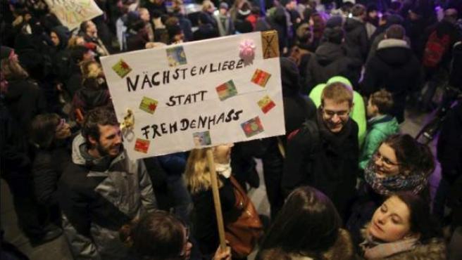 'Altruismo en vez de xenofobia' reza el cartel de una manifestación a favor de la multiculuralidad.