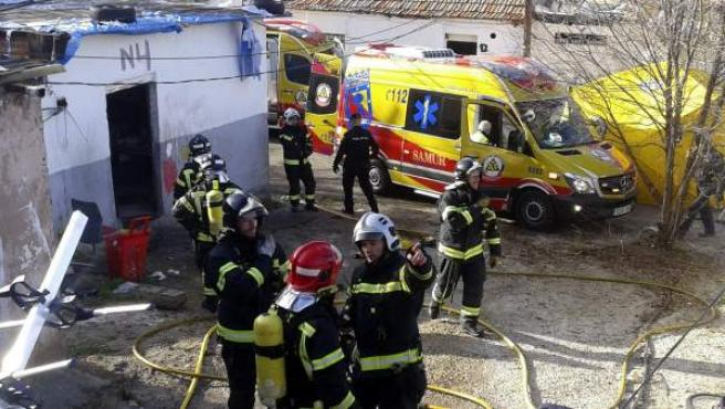 Cinco miembros de una familia han sido hospitalizados de gravedad tras un incendio que se ha provocado en su vivienda.