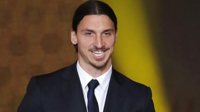 El jugador sueco del PSG Zlatan Ibrahimovic recoge el premio al mejor gol del año, el anotado ante Inglaterra en un amistoso.