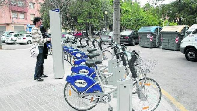 Un usuario se dispone a sacar una bicicleta de una de las bases de Valenbisi.