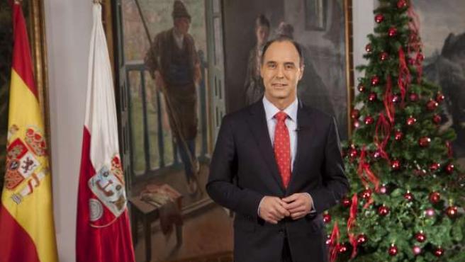 El presidente de Cantabria, Ignacio Diego, grabando el mensaje navideño