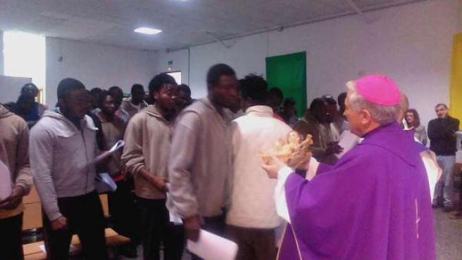 Zornoza en la misa celebrada en el CIE de Tarifa