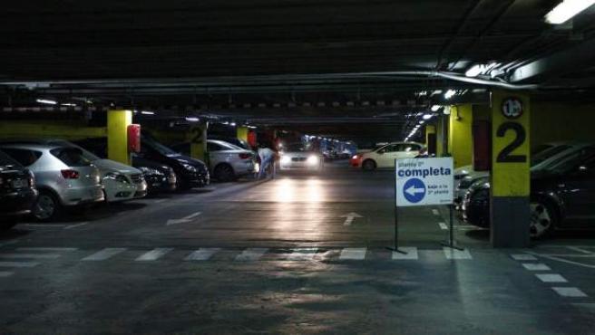 Aparcamiento subterráneo, de Canalejas, lleno de coches.