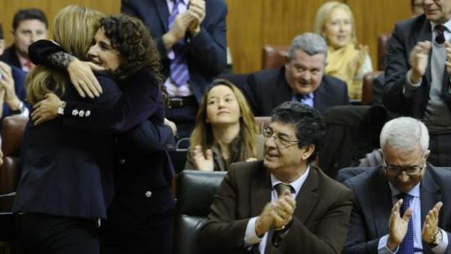 Abrazo en el Parlamento andaluz entre Susana Díaz, presidenta de la Junta, y María Jesús Montero, consejera de Hacienda y Administración Pública.