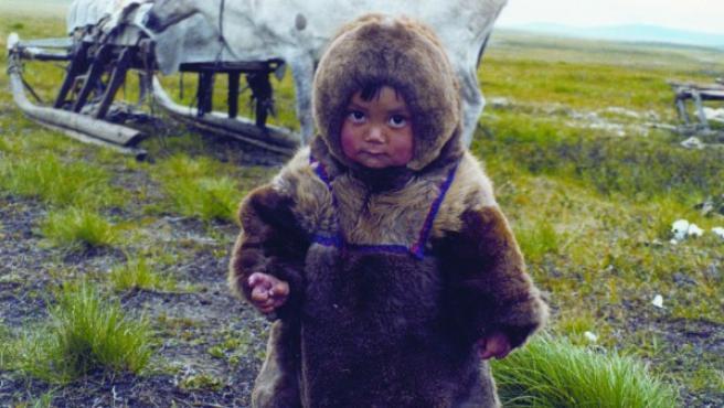 Foto de un niño de uno de los 85 grupos étnicos que habitan Siberia