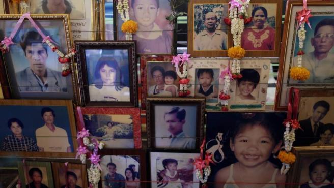 Retratos de algunas de las víctimas del tsunami son mostradas durante la ceremonia religiosa celebrada en Phang Nga (Tailandia) cuando se cumplen diez años del desastre natural que mató a más de 230.000 personas.