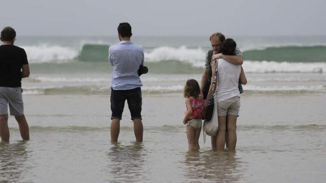 Familiares de las víctimas del tsunami permanecen junto al mar y se consuelan mutuamente, durante la ceremonia religiosa celebrada en la ciudad tailandesa de Khao Lak, en honor a las víctimas alemanas, austriacas y suizas de la tragedia. Este viernes se cumplen 10 años del desastre natural que provocó la muerte de más de 230.000 personas.