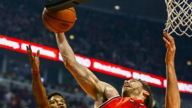 El español Pau Gasol (d) y Jimmy Butler (i) de los Chicago Bulls en acción ante Los Angeles Lakers.
