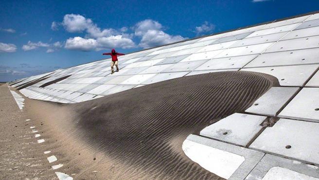 Foto de Paula Bronstein que muestra una de las 'paredes de mar' que se han construido en Japón como protección contra los tsunamis