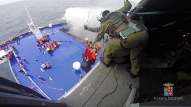 Un helicóptero de la marina italiana rescata a uno de los pasajeros del ferry Norman Atlantic, incendiado entre Grecia e Italia.