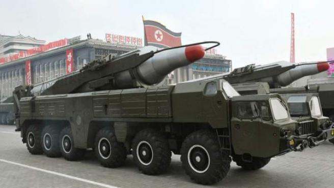 """Foto de archivo que muestra un par de misiles """"Musudan"""" durante un desfile militar por el 65º aniversario de la fundación del Partido de los Trabajadores de Corea en Piongyang."""