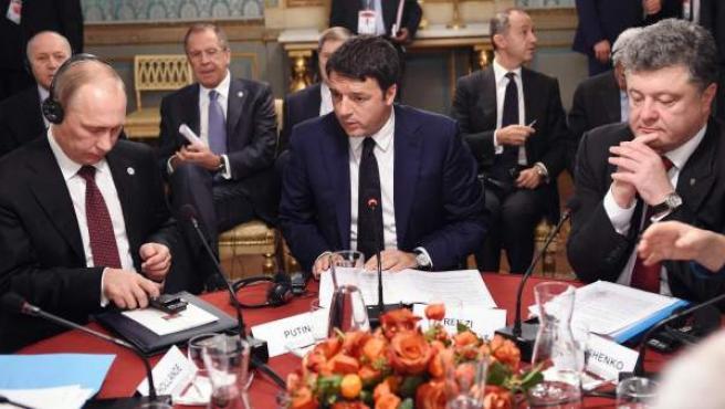 El presidente ruso, Vladimir Putin (izda), se reune con el primer ministro italiano, Matteo Renzi (centro) y el presidente de Ucrania, Petro Poroshenko, para discutir la crisis en Ucrania en Milán (Italia).