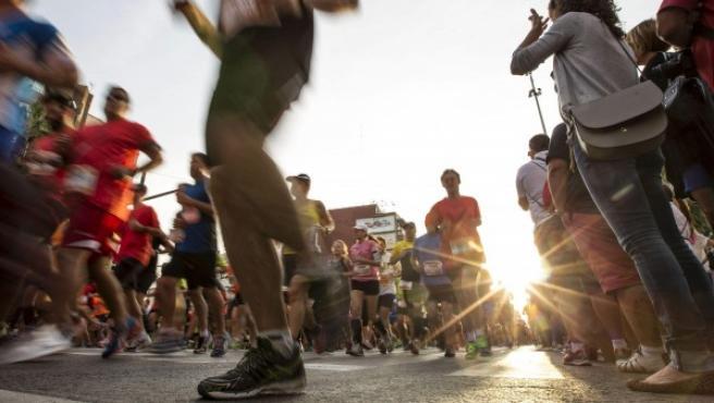 Corredores afrontan el Medio Maratón de Valencia 2014.