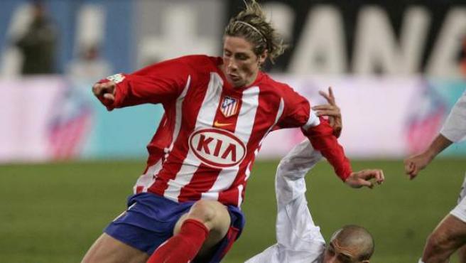 El delantero fuenlabreño Fernando Torres, con la camiseta del Atleti en un derbi ante el Real Madrid en 2006.