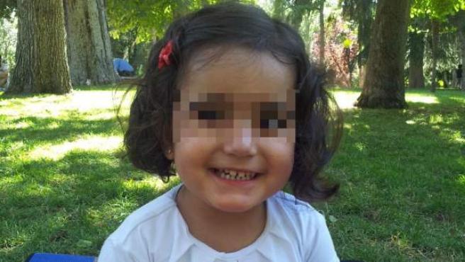Marta (3 años), una niña que sufre síndrome de Rett, una extraña enfermedad neurológica.