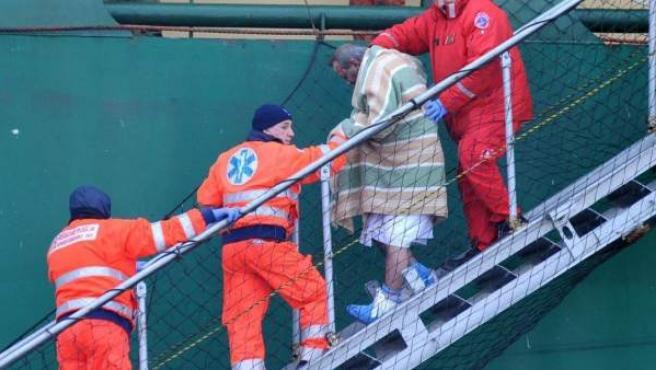 """Pasajeros rescatados del ferry """"Norman Atlantic"""" a su llegada al puerto de Bari en Italia a bordo del buque """"Espíritu del Pireo""""."""