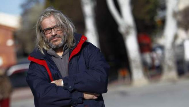 Manuel Fernández, enfermo de hepatitis C, en su barrio de San Fernando de Henares.