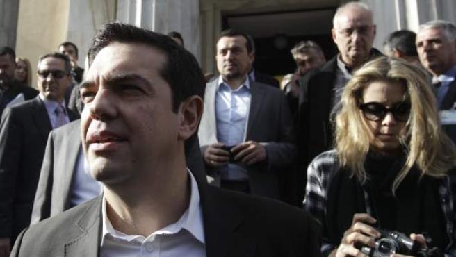 El líder del opositor partido SYRIZA, Alexis Tsipras (centro), abandona el Parlamento en Atenas (Grecia) tras conocerse que se celebrarán elecciones adelantadas el 25 de enero de 2015.