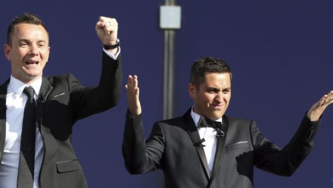 Bruno Boileau (d) y Vincent Autin (i) saludan a la multitud tras convertirse en los primeros hombres que contraen matrimonio en Francia.