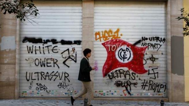 Pintadas de Ultras Sur en la calle Marceliano Santa María.