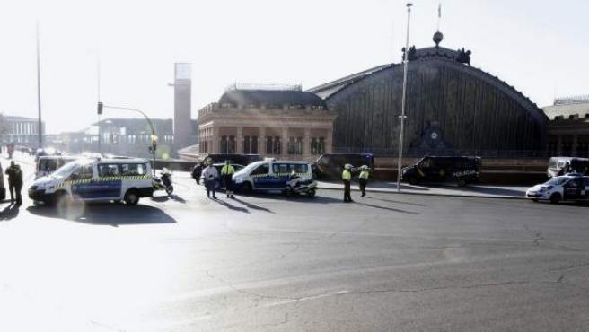 Agentes de Policía Nacional y Municipal permanecen ante la estación de Atocha de Madrid, tras ser desalojada después de que un hombre, ya detenido, amenazara con suicidarse dentro de un tren con explosivos.