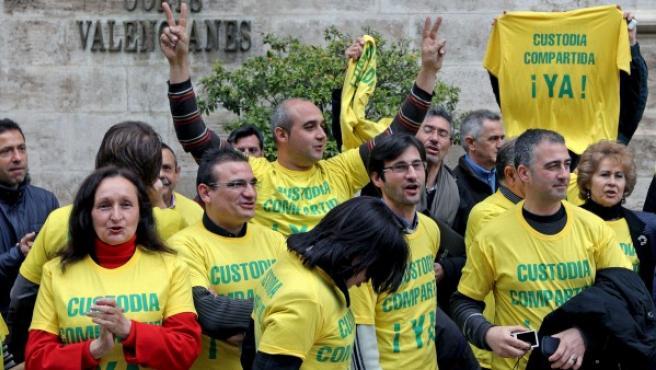Miembros de asociaciones celebran en Valencia la aprobación de la ley de custodia compartida en marzo de 2011.