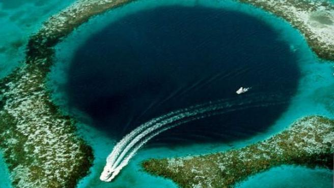 Imagen aérea del Gran Agujero Azul, un atolón que forma parte de La Red de Reservas del arrecife de barrera de Belice.