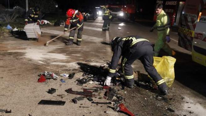 Restos de los vehículos implicados en el accidente dentro del término municipal de Muelas del Pan (Zamora).