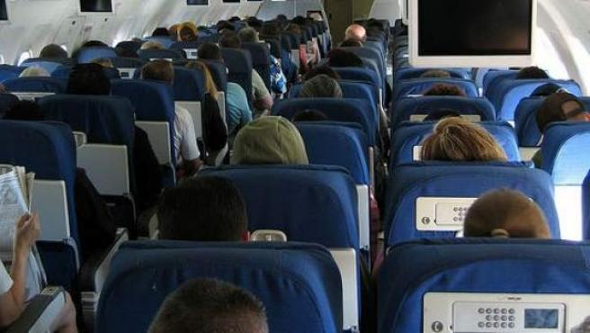Pasajeros en un avión.