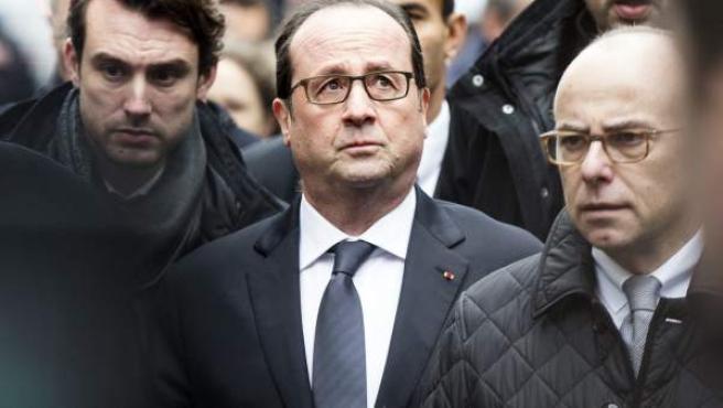 """El presidente galo, François Hollande, llega a las oficinas del semanario satírico francés """"Charlie Hebdo"""" tras ataque contra la redacción."""