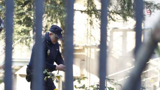 La Policía analiza un paquete sospechoso en la sede de 20 Minutos.