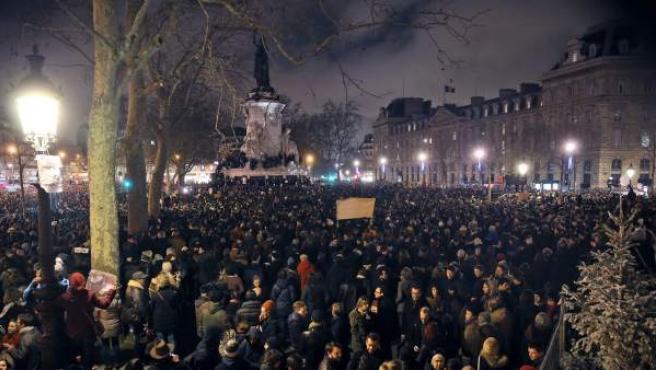 """Miles de personas se manifiestan en París para condenar el ataque contra la sede del semanario satírico francés """"Charlie Hebdo""""."""