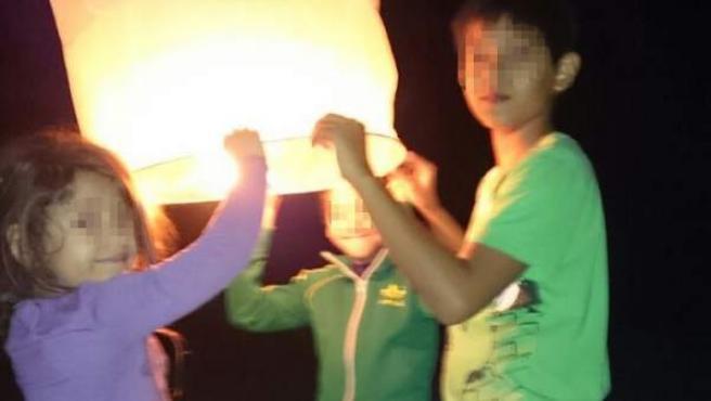 Los hijos de Frank Cuesta sueltan una lámpara de papel voladora con el 'hashtag' #FreeYuyee.