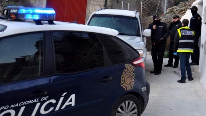 Agentes de la Policía Nacional investiga en Calatayud la muerte de un hombre cuya desaparición había denunciado su mujer.