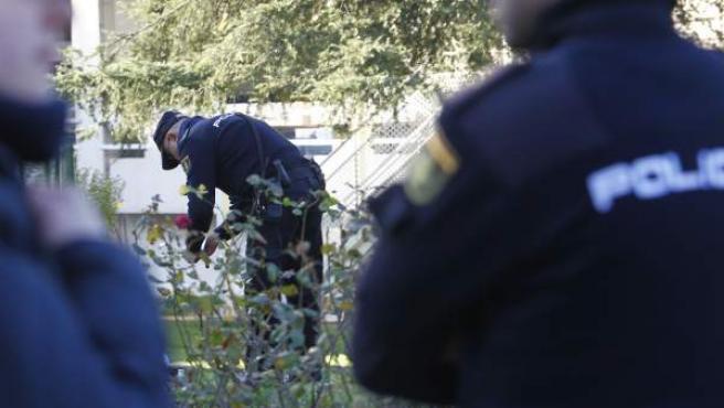 Un agente de policía inspecciona el paquete sospechoso entregado en la sede del diario '20minutos'.