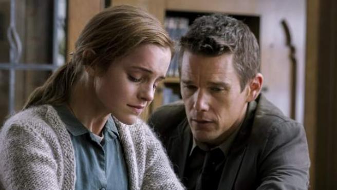 Los actores Emma Watson e Ethan Hawke en una escena de la nueva película de Amenábar, 'Regresión'.